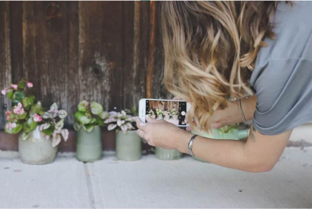 woman taking quality pictures from her smartphone